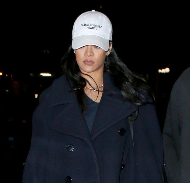"""Rihanna sort sa casquette à message """"I came to break hearts"""" et annonce son humeur en sortant de chez le dentiste."""