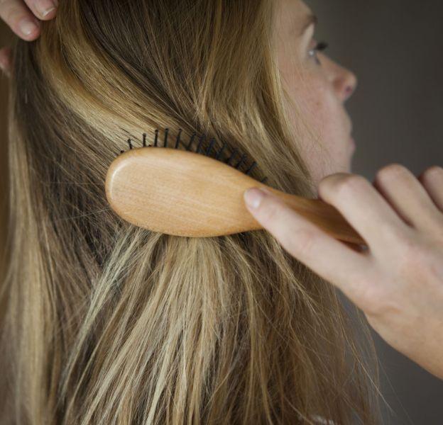 Quelques gestes essentiels pour bien se brosser les cheveux.