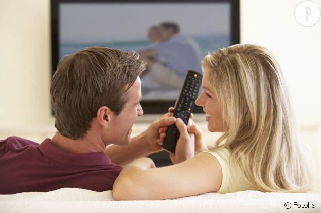 """""""Même pas en rêve je te rends la télécommande, Jean-Louis"""", pense-t-elle."""