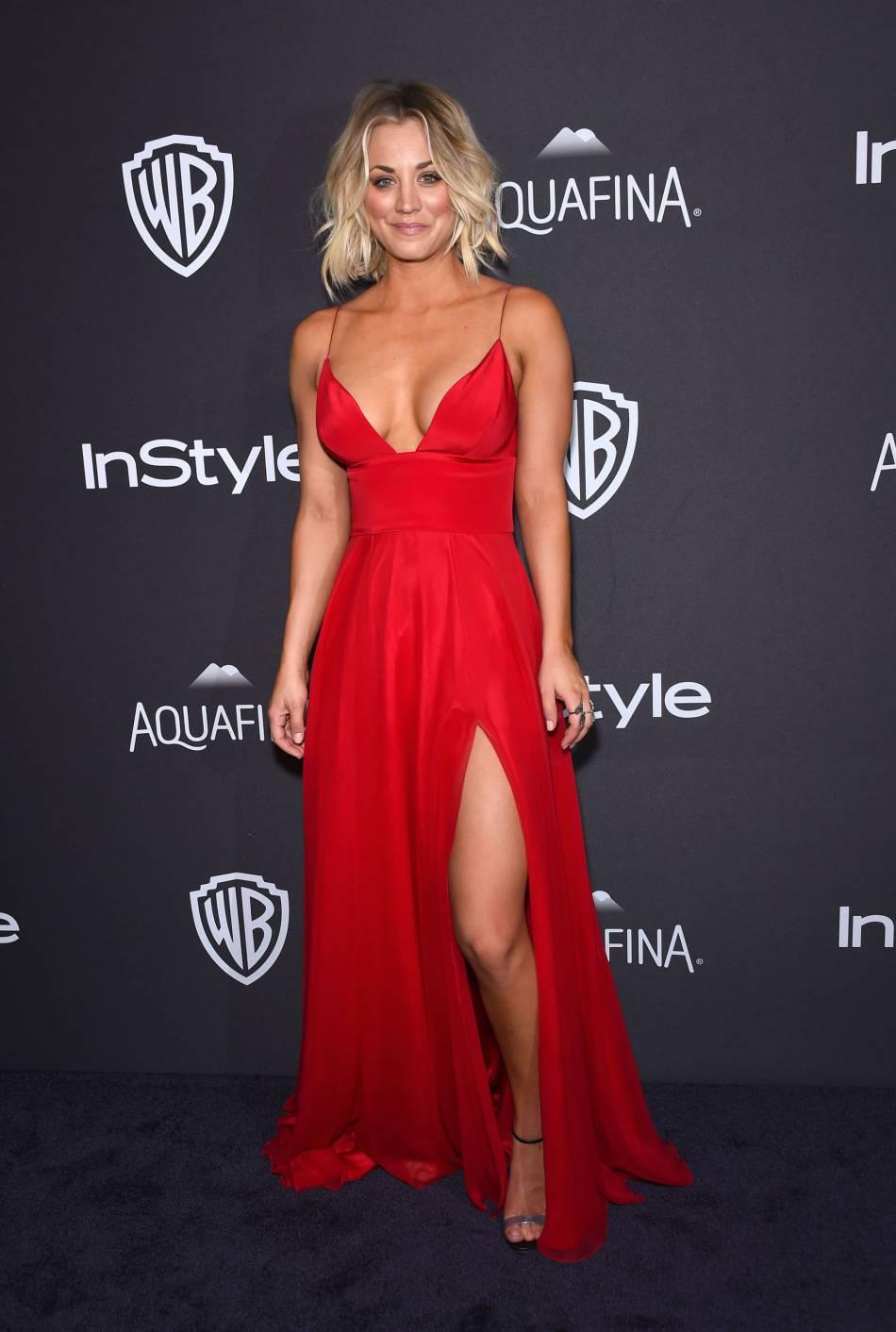 Kaley Cuoco en robe rouge, décolletée et fendue à la soirée du magazine  InStyle , ce dimanche 10 janvier 2016.