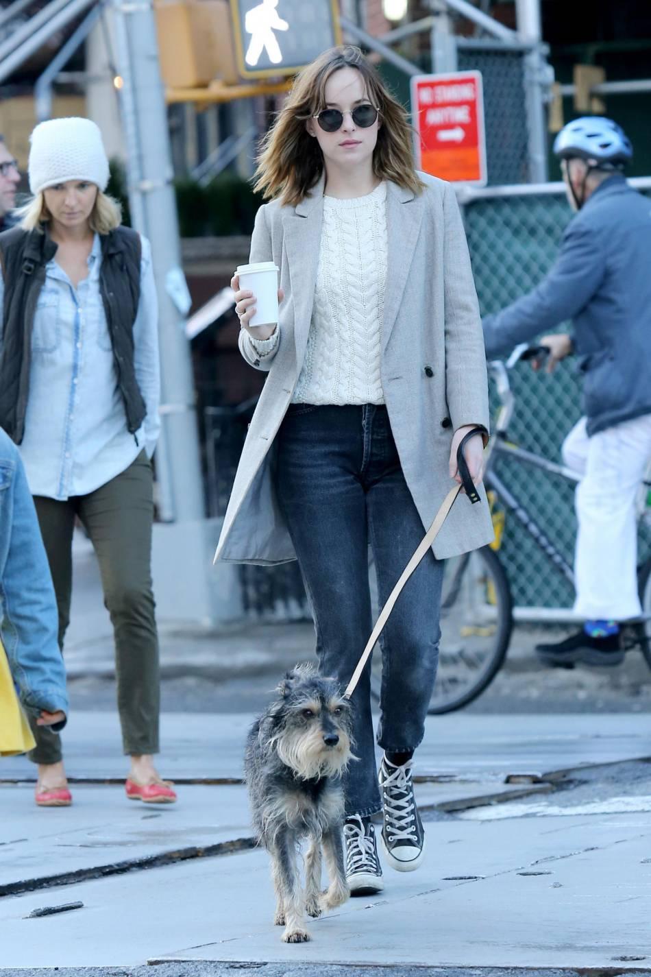 Dakota Johnson dans un look street mais super chic.