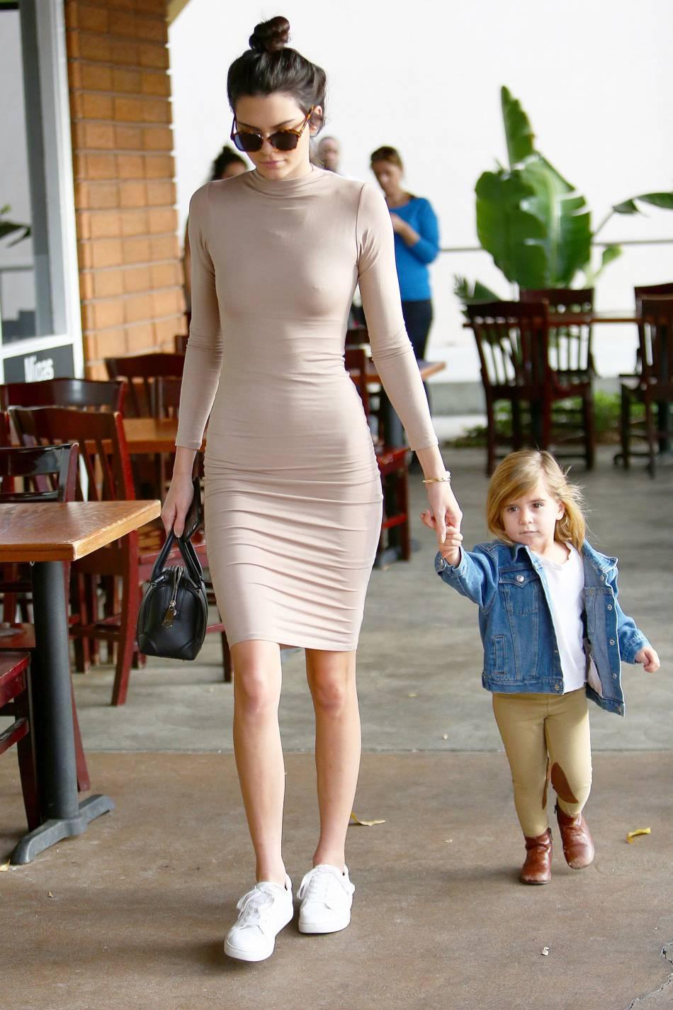 6c7ef188615c Kendall Jenner mixe sa robe très moulante avec des baskets basses.