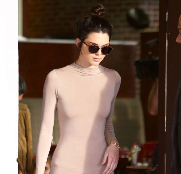 Depuis que Kendall Jenner a avoué posséder un piercing au téton, elle n'hésite plus à porter des robes très moulante sans soutien-gorge.