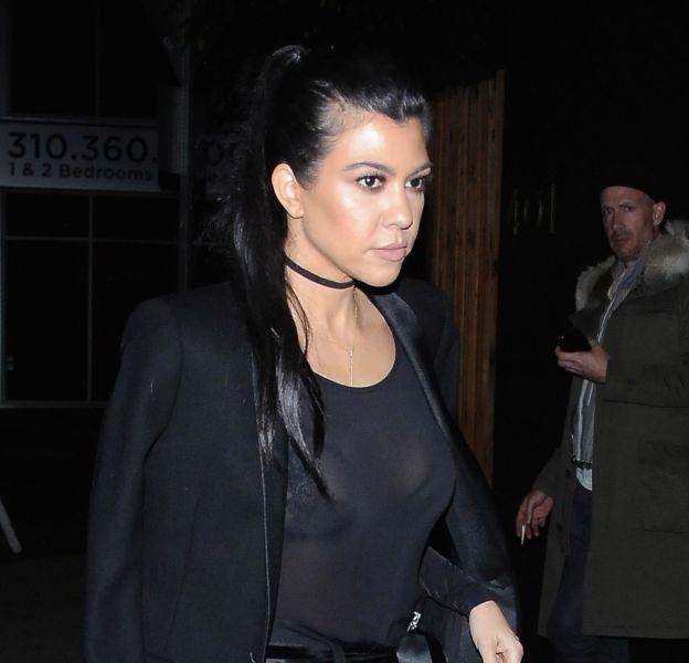 Kourtney Kardashian ose la transparence et dévoile son décolleté plein à craquer.
