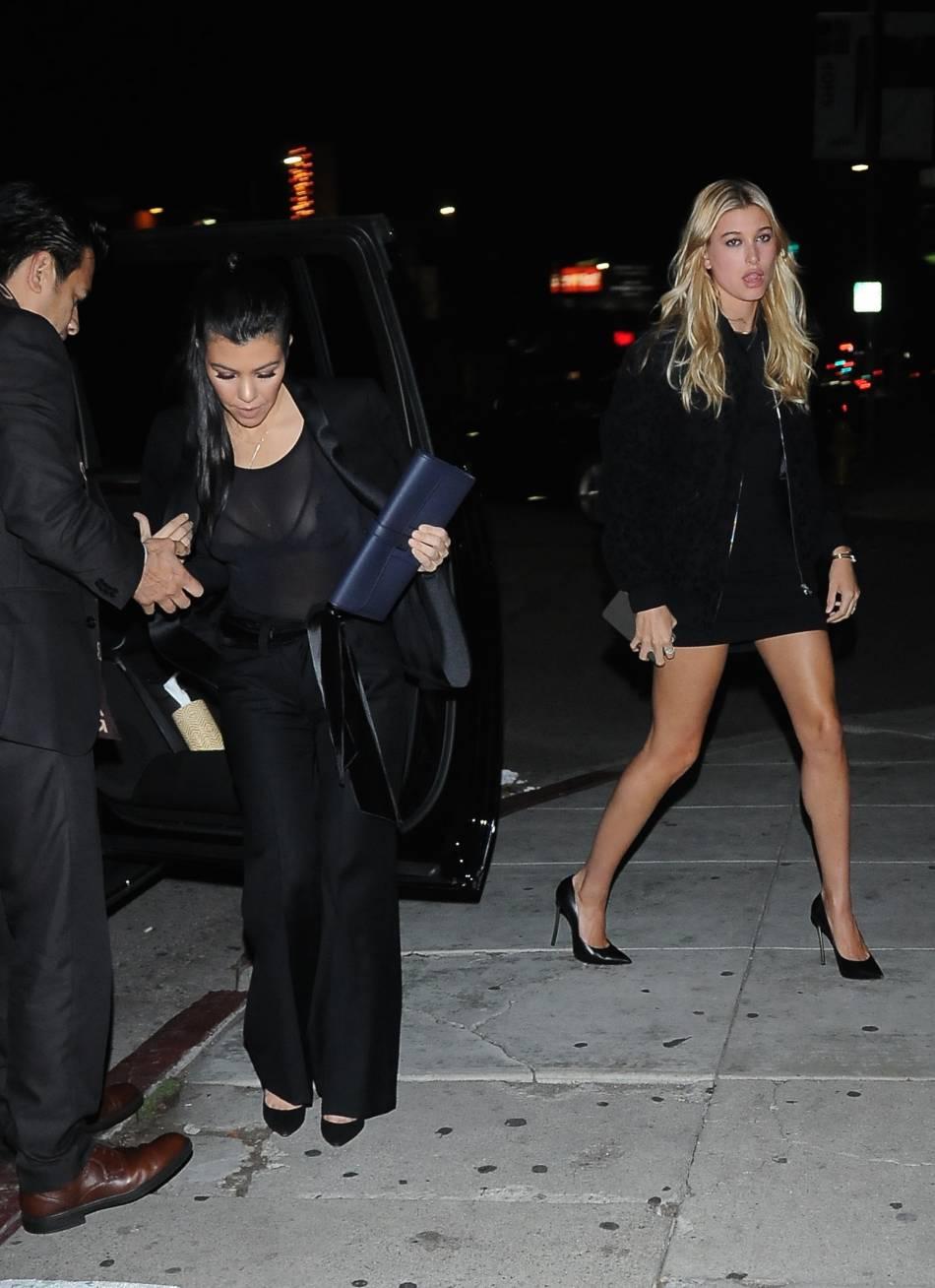 Kourtney Kardashian mise sur le look total black pour une soirée entre filles.