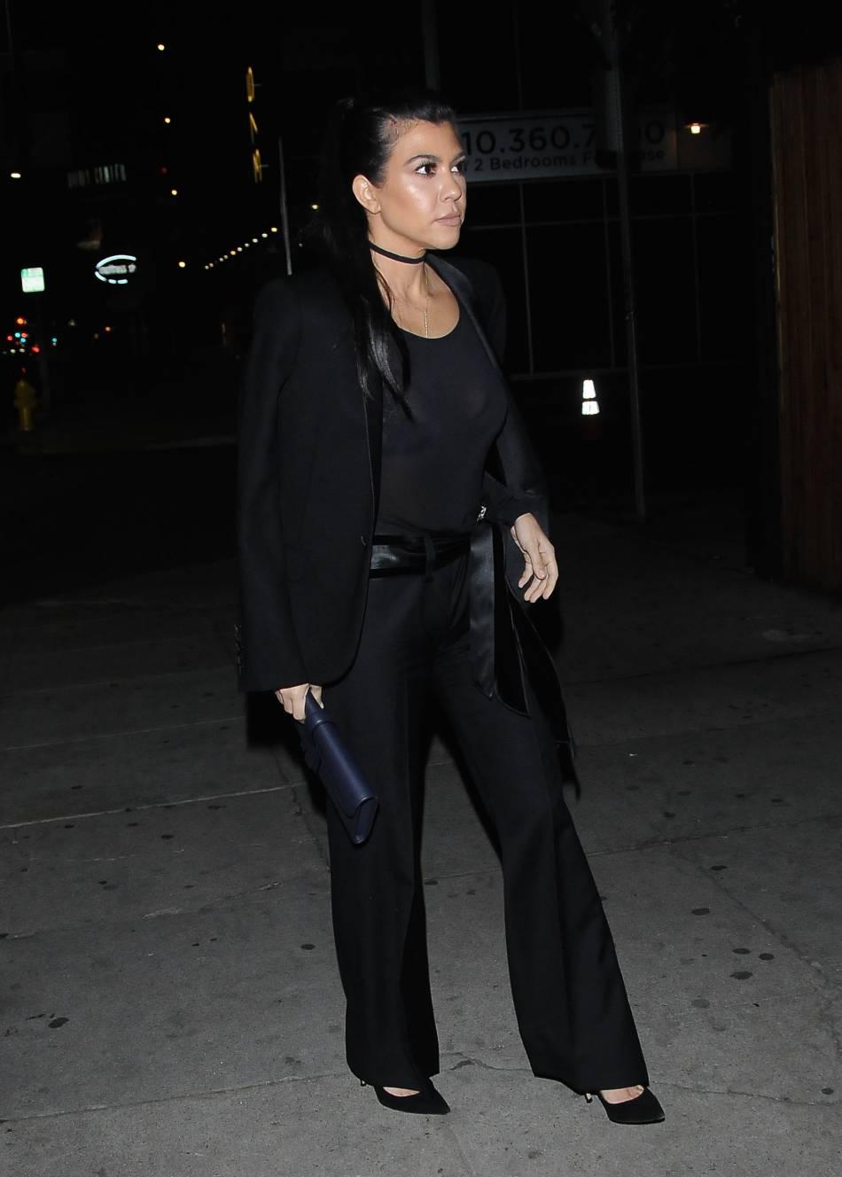 Kourtney Kardashian sexy dans son smoking fluide.