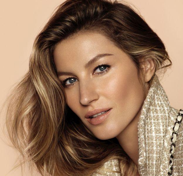 Gisele Bündchen porte les classiques de la maison Chanel, la veste en tweed et le sac en cuir matelassé.