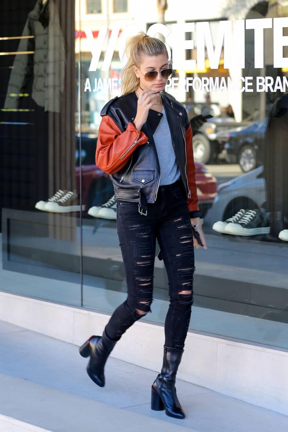 Hailey Baldwin ultra canon, elle sort la veste en cuir vintage.
