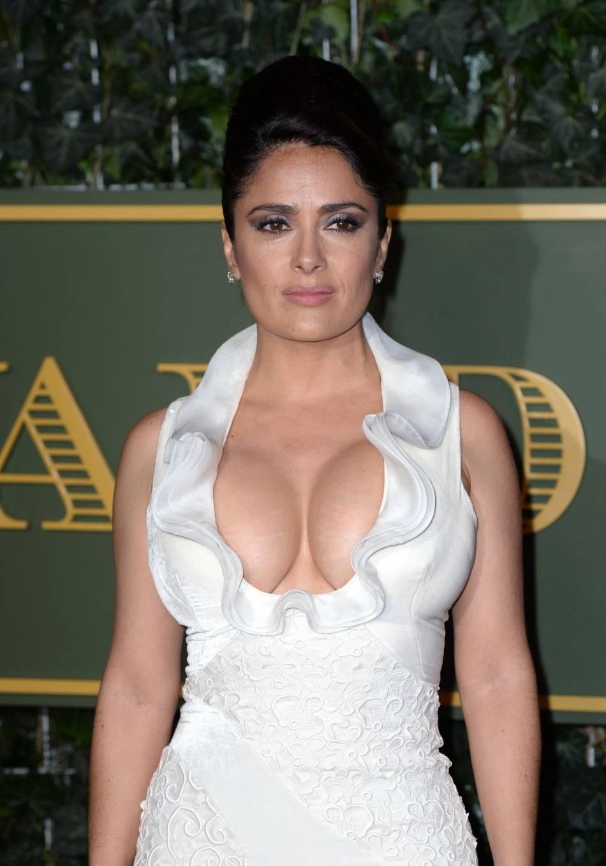 Salma Hayek est une vraie bombe mais elle n'a pas peur de changer de look pour ses rôles.