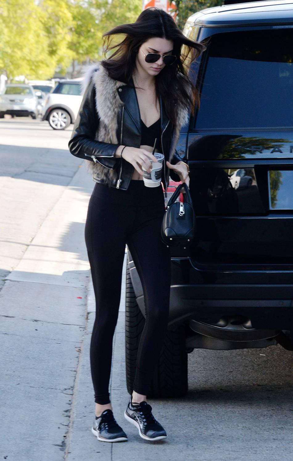 Kendall Jenner est glamour à souhait dans ce look sporty.