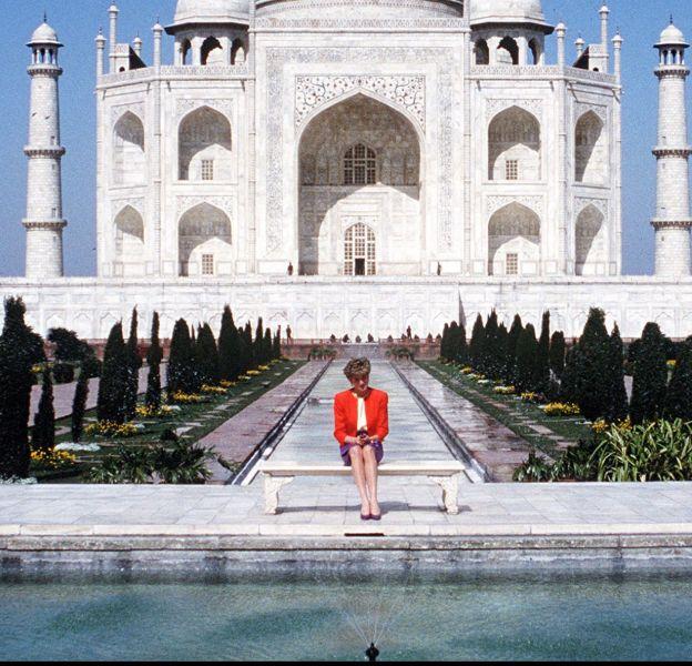 Lady Diana, seule devant le Taj Mahal en février 1992.