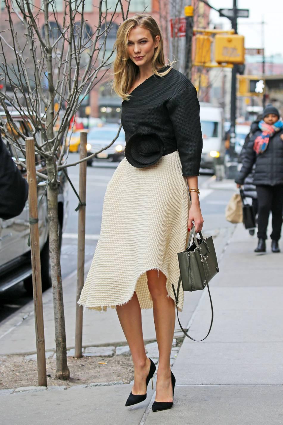 Karlie Kloss terriblement chic et sexy dans les rues de New York.