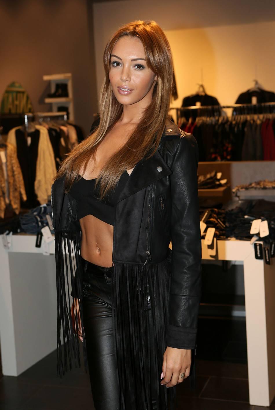 Nabilla, en véritable fan de Kim Kardashian, affiche son fessier pour ses followers adorés.