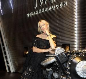 Karolina Kurkova prend la pose avec sa montre IWC.