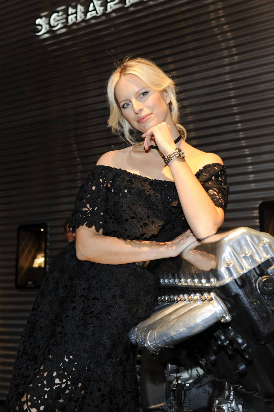 Karolina Kurkova toute de dentelle vêtue.