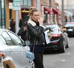 On copie le look à base de baskets plateformes de Behati Prinsloo.