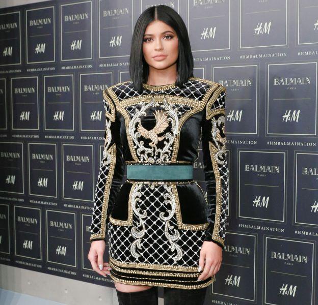 Kylie Jenner rentre pour la première fois dans une usine pour fabriquer ses propres lipsticks.
