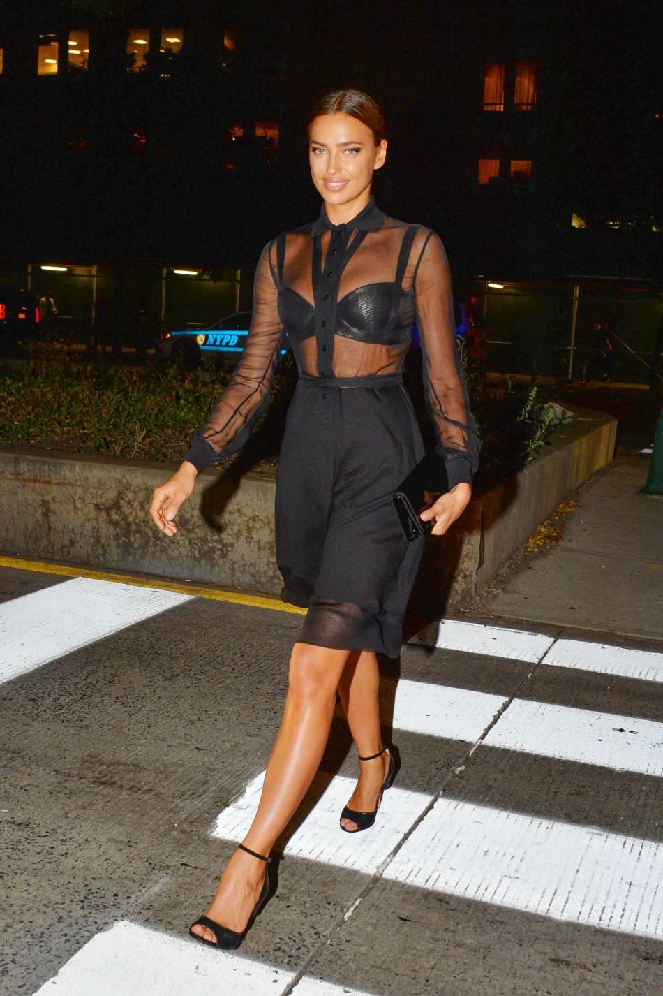 Irina Shayk est plus glamour que jamais dans son jean Givenchy terriblement moulant.