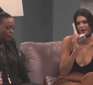 """Kendall se dévoile en bonne actrice pour faire une blague à sa soeur Kim, sur le plateau de """"Kocktails with Khloe""""."""