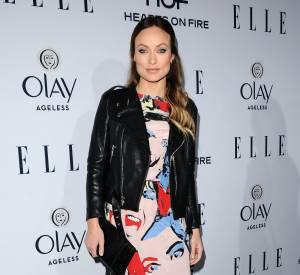 Olivia Wilde opte ce soir là pour une robe graphique multicolore.