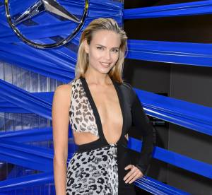 Natasha Poly : beauté incendiaire au décolleté XL à la Fashion Week de Berlin