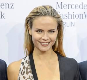 Natasha Poly a adopté le wet look et le teint nude.