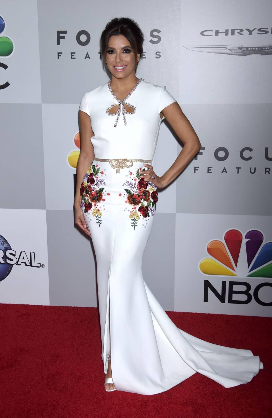 Eva Longoria porte merveilleusement bien la dentelle et dévoile ses gambettes aux millions de télespectateurs américains.