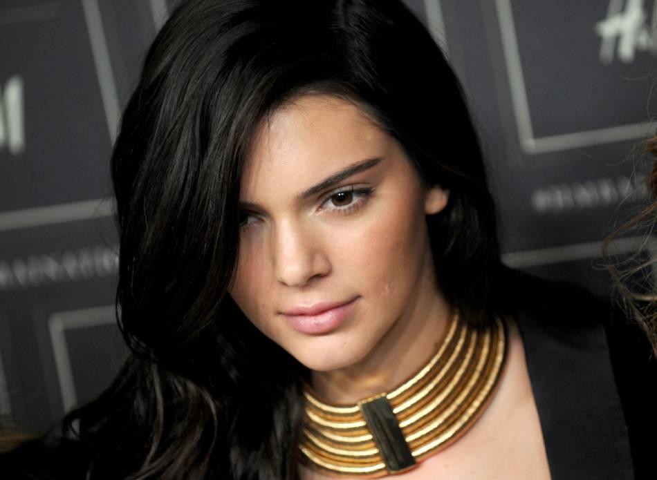 Très Kendall Jenner : découvrez à quoi elle ressemble avec les yeux bleus FH08