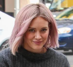 Hilary Duff affiche une toute nouvelle couleur de cheveux assortie à son sac.
