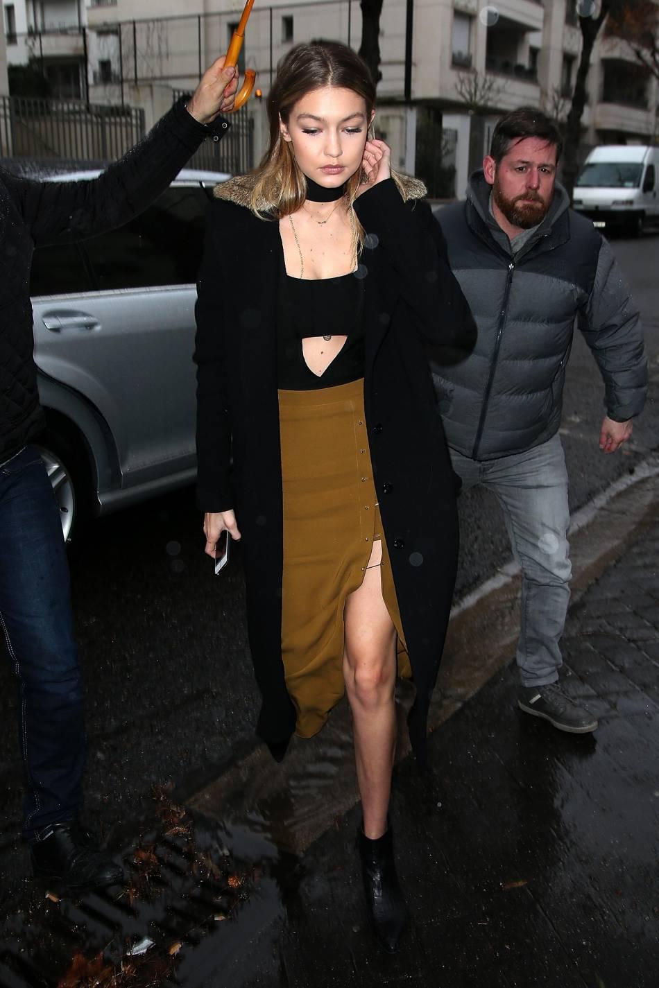 Gigi Hadid ose le look du soir rock'n'roll en journée lors d'une sortie dans les rues de Paris.