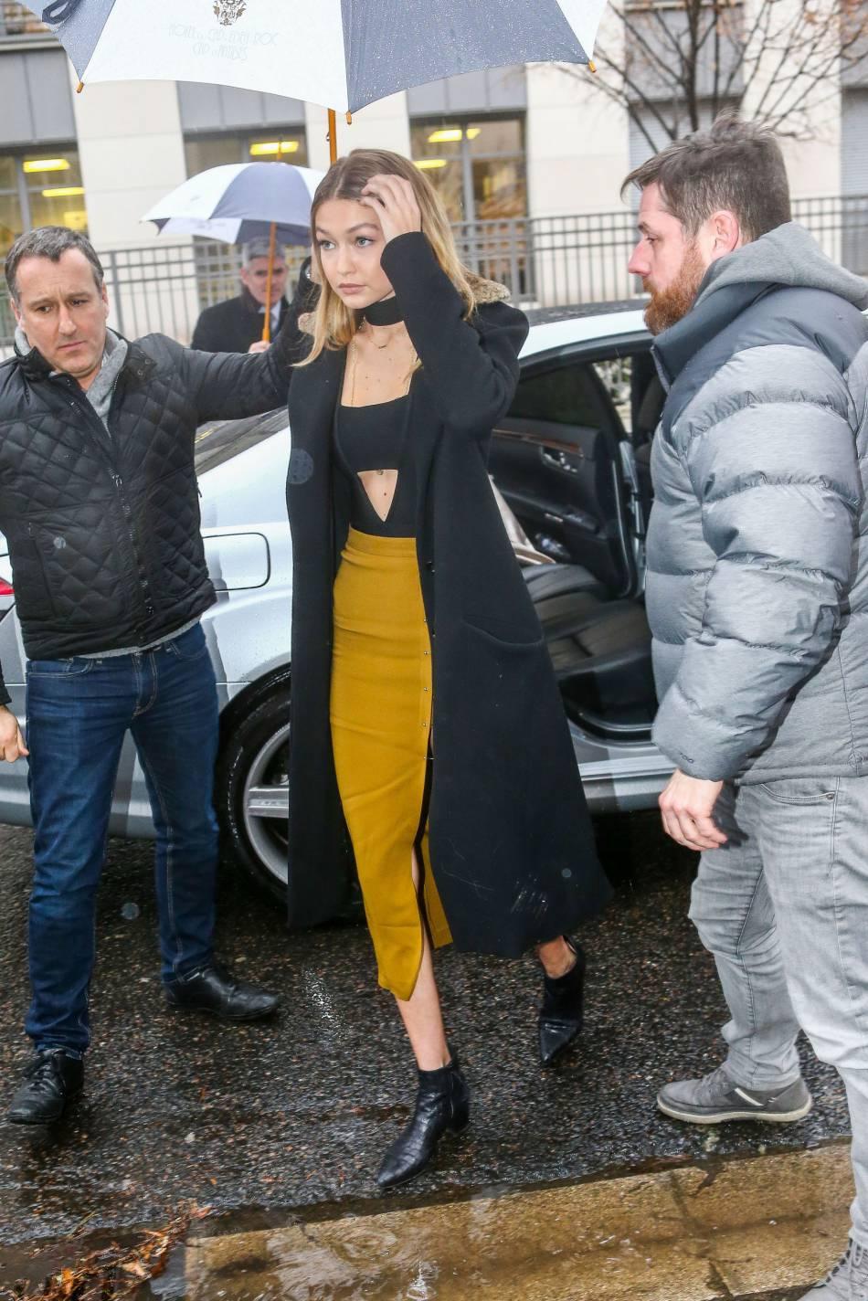 Gigi mixe jupe fendue et body cropped top avec des bottines rock'n'roll.