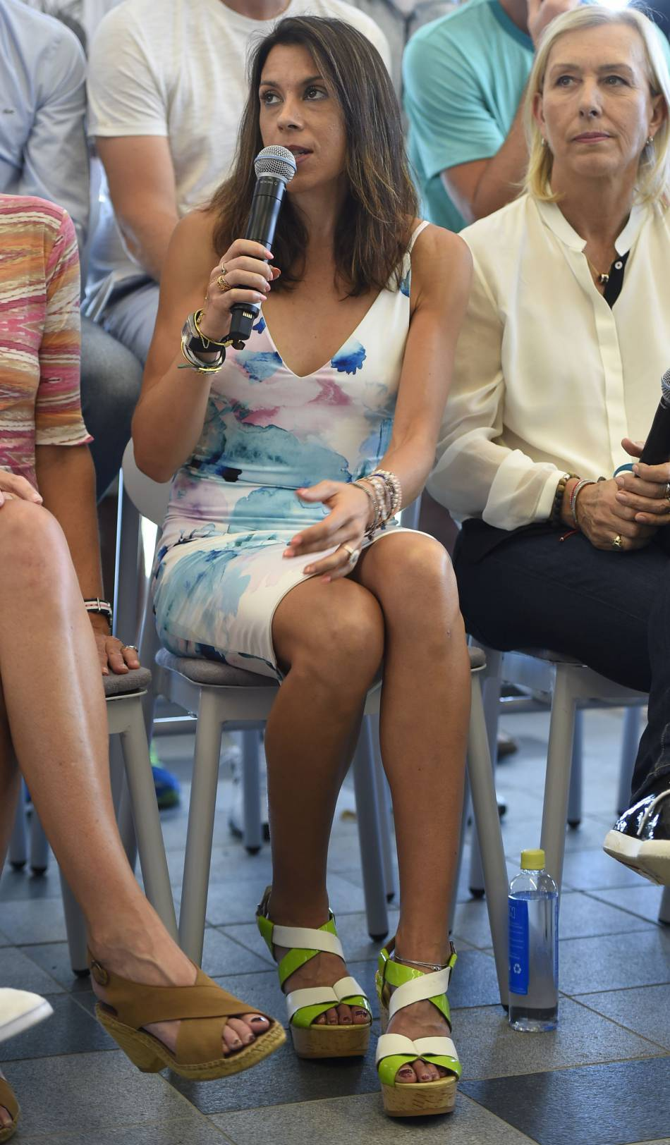 La joueuse mise sur une toute petite robe estivale pour mettre en valeur sa silhouette.