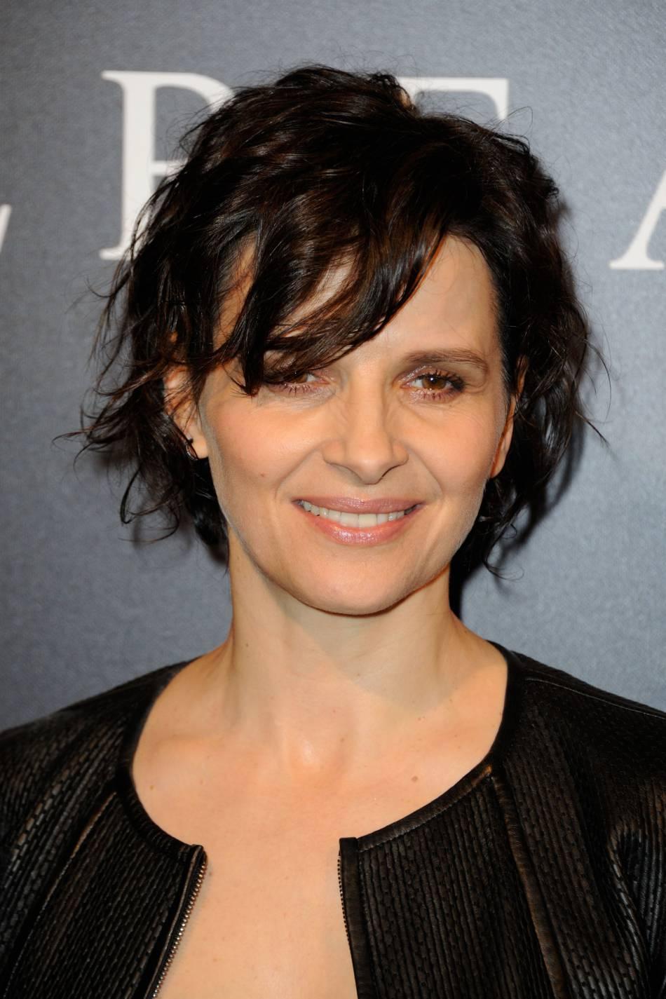 Juliette Binoche opte pour un mise en beauté naturelle et un coiffure  ébourrifée.