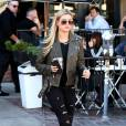 Hailey Baldwin à la sortie du Alfred's Coffee and Kitchen à Los Angeles.