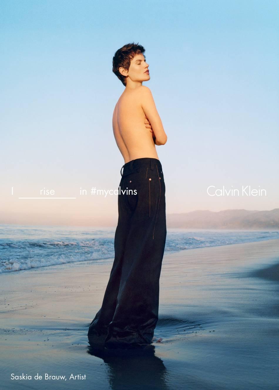 Saskia de Brauwpose pour la campagne Printemps-Été 2016 de Calvin Klein.