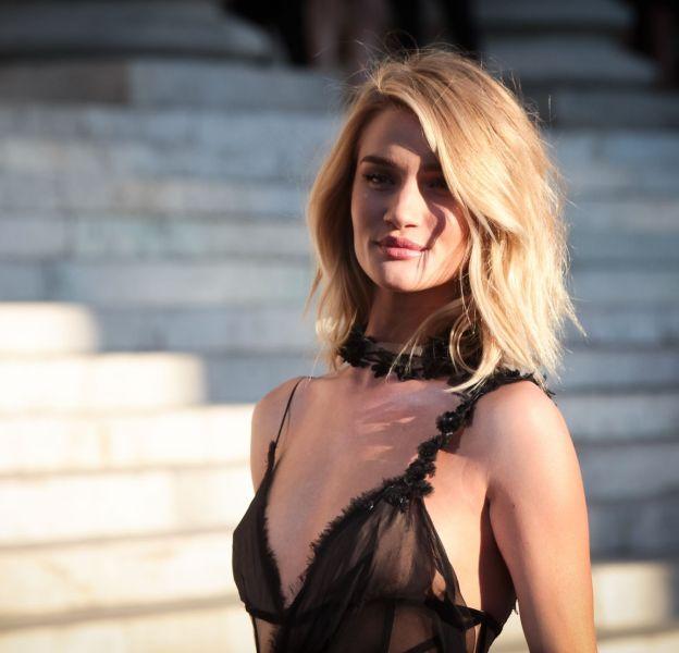 Rosie Huntington-Whiteley continue son partienariat avec Marks & Spencer et se lance dans la création de maquillage pour l'enseigne.