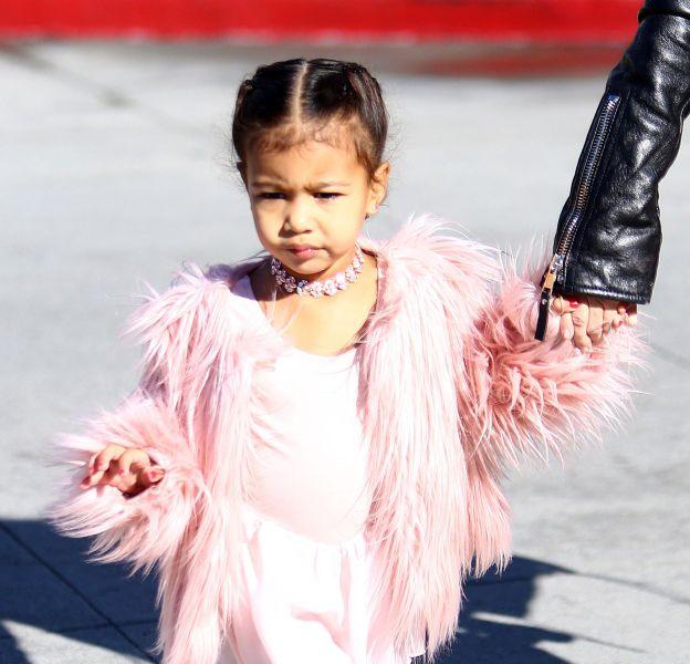 North West se dévoile dans son dressing de princesse.
