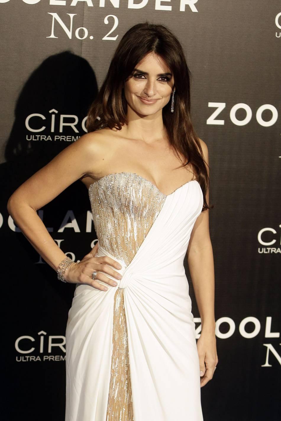Penélope Cruz opte pour une robe bi-matière Versace.