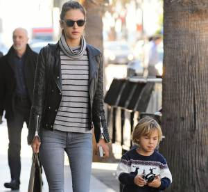 Alessandra Ambrosio : la tenue pull marinière et perfecto rock...à shopper !