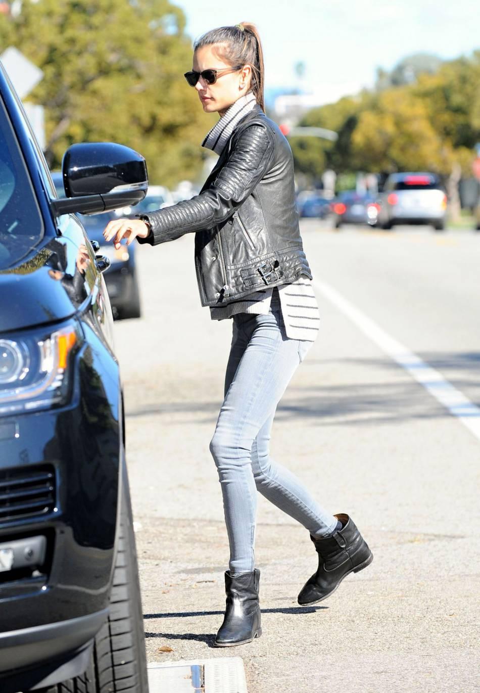 Alessandra Ambrosio opte pour le skinny jeans associé à des bottines