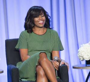 Michelle Obama change souvent de style de coiffure : elle adopte le brushing souple et la frange balayée. Quelle beauté !