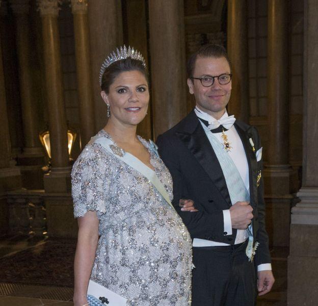 Princesse Victoria de Suède ultra glamour lors du premier dîner officiel de l'année au Palais Royal de Stockholm le 3 février 2016.