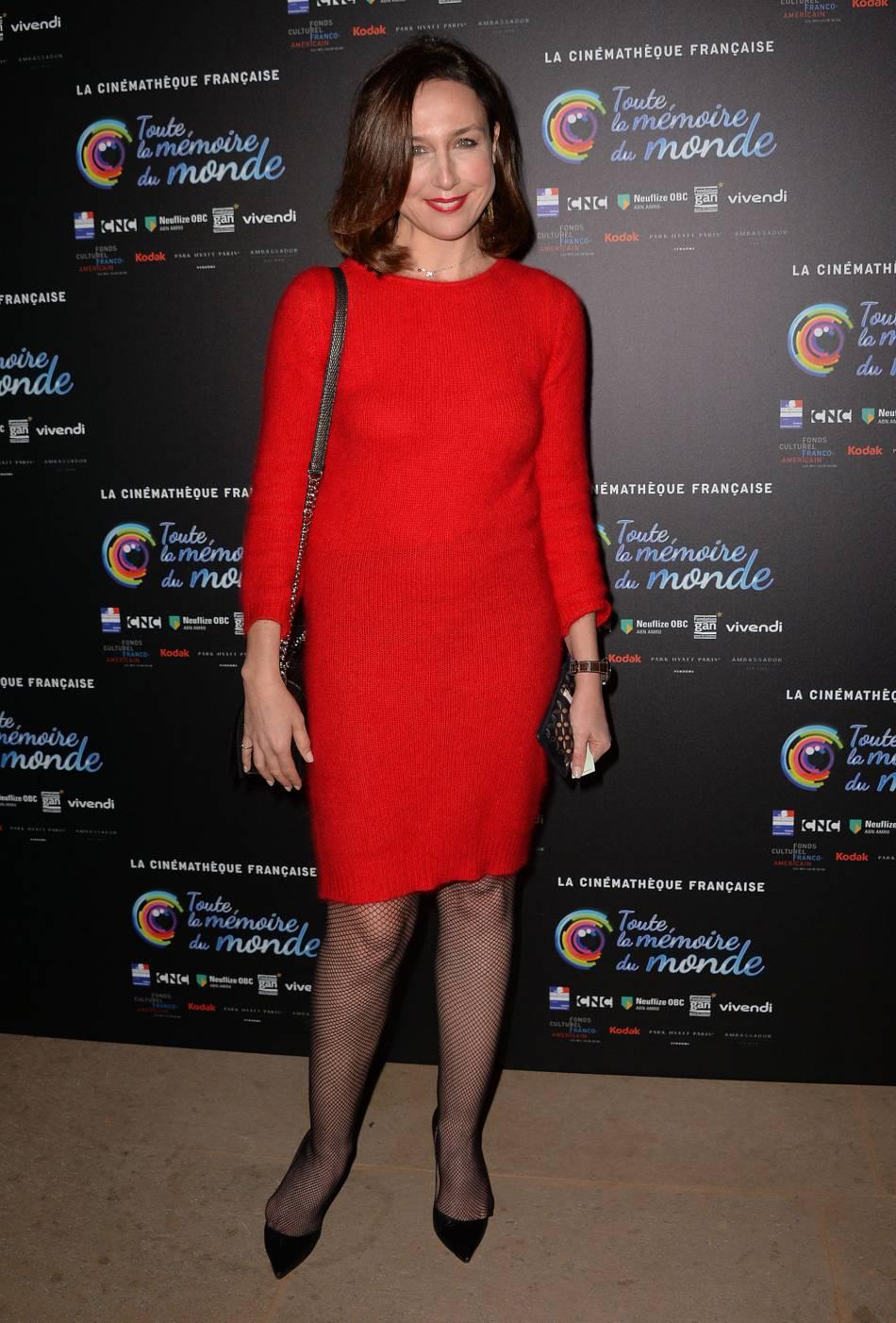 Elsa Zylberstein en robe pull rouge vif.