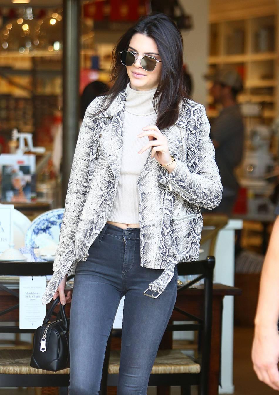 Kendall Jenner se veut plus méconnaissable que jamais dans de plus en plus de shootings.