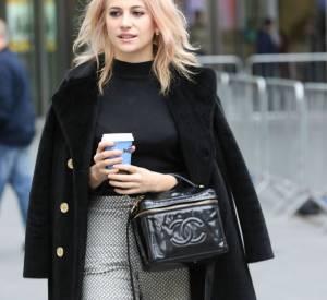La jolie blonde a choisi ce jour-là un caban épais bleu marine pour se protéger de l'hiver londonien.