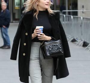 La chanteuse portait également un sac Chanel au poignet.