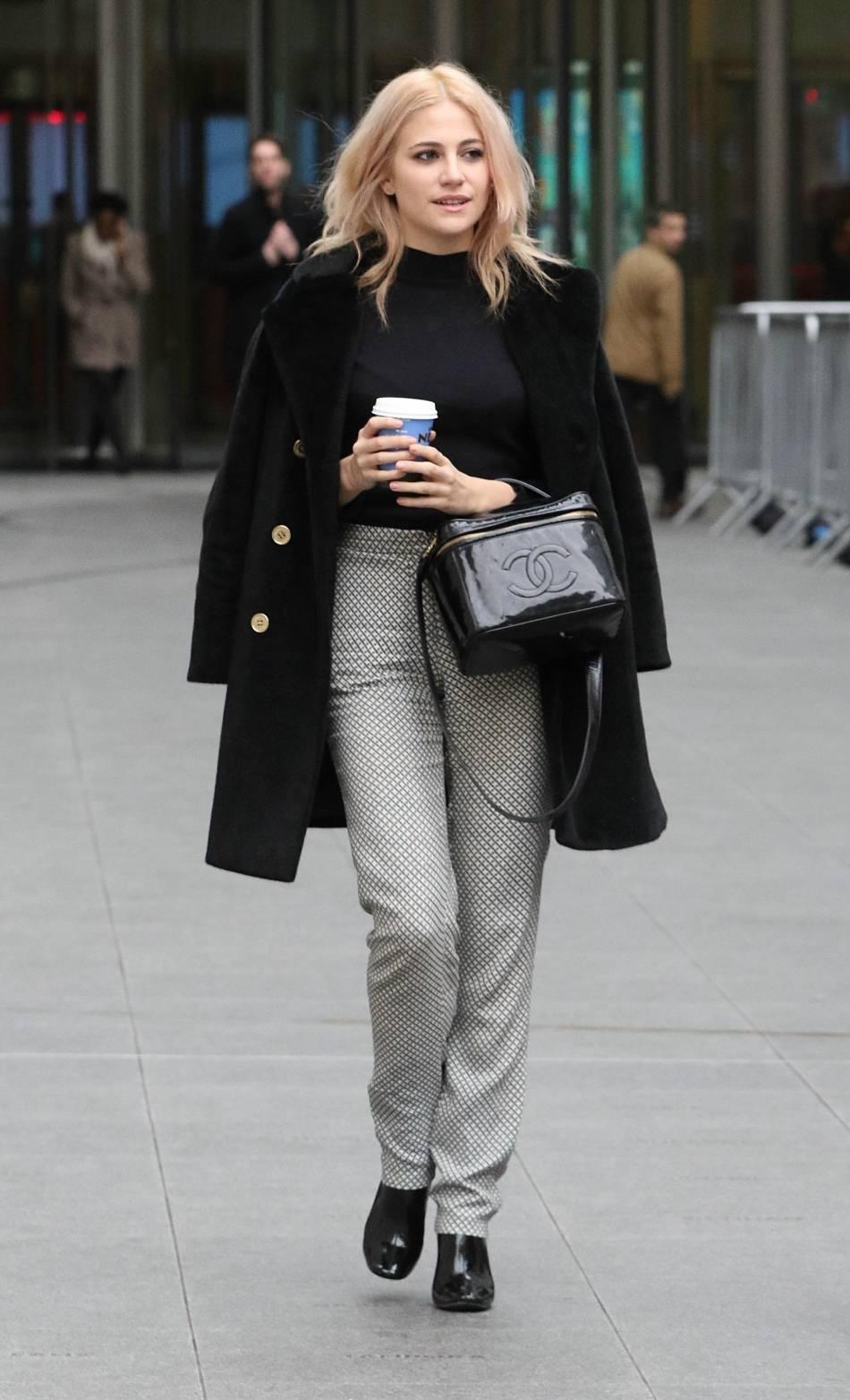 Pixie Lott dans les rues de Londres en février 2016.