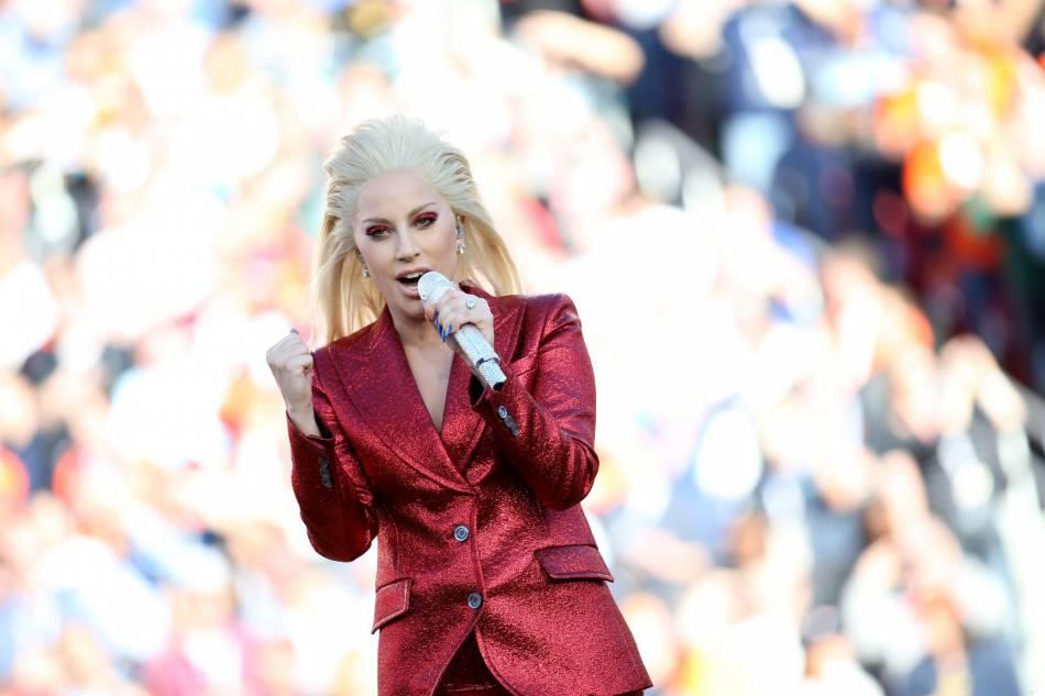 Lady Gaga, après les sourcils à strass, les paupières à paillettes.
