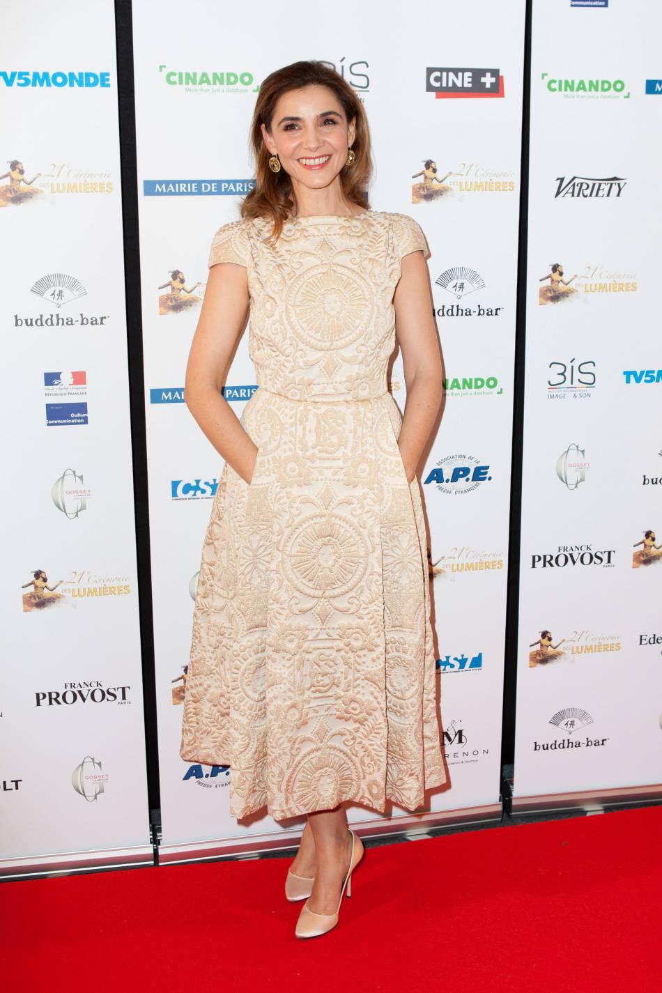 L'actrice porte une robe Schiaparelli Haute Couture Automne-Hiver 2015/2016.