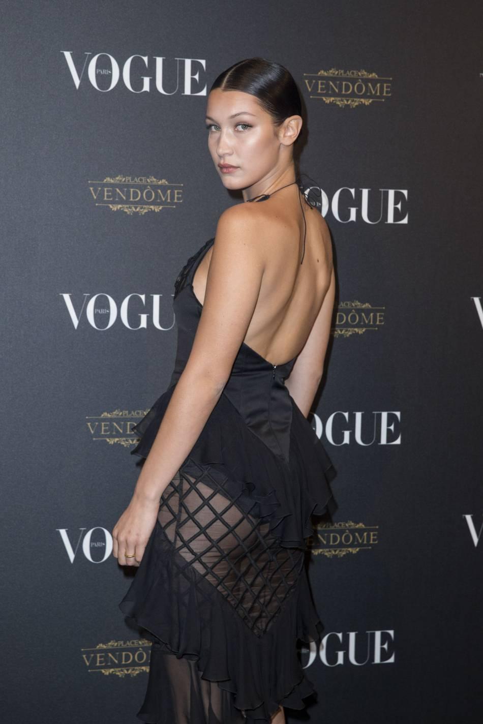 Bella Hadid se veut plus sublime et plus bestiale que jamais dans son maillot de bain noir.